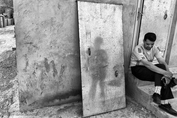 مردان روستایی در حال صحبت کردن و استراحت در روستای یئل چشمه گلیداغ دیده میشوند.