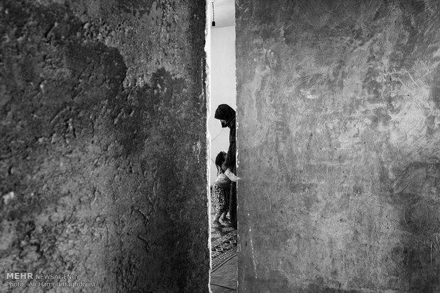 خالد بی بی بازدار 50 ساله، با نوه خود در حال بازی در خانهشان در روستای محمدشاعر است. شوهر او معلول ذهنی است و توانایی کار کردن ندارد. او برای امرار معاش خانواده خود کارگری میکند.