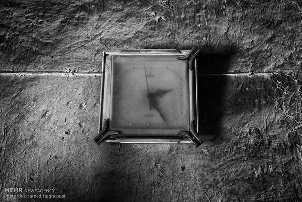 ساعت دیواری خاک گرفته بر دیوار خانه قدیمی در روستای آق قلعه دیده میشود.