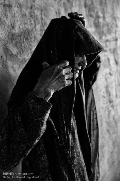 خالد بی بی بازدار 50 ساله، روسری خود را درست میکند. کارگری و سختی زندگی چهره زنان را پیرتر از سن واقعیشان میکند.