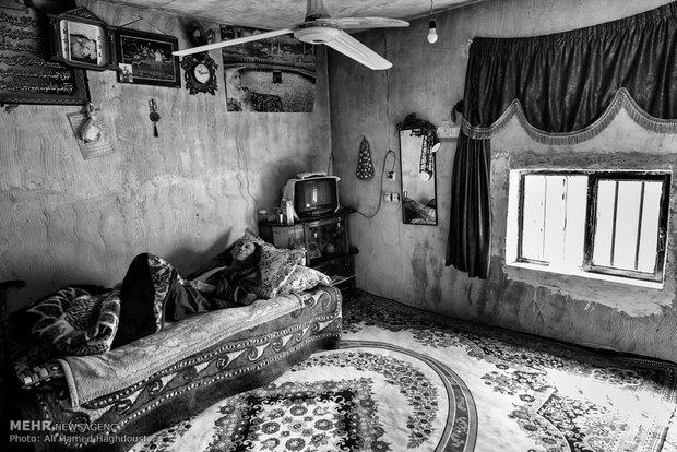 آراز محمد دارایی 60 ساله، بر رو تخت خود در خانهاش در روستای یئل چشمه دراز کشیده است. او از بیماری سرطان معده رنج میبرد و در حال انجام مداوای شیمی درمانی است. همسر او نیز معلول است و هیچ درآمدی جز یارانهها ندارند.