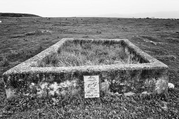قبر مرد ترکمن در قبرستانی در روستای تمر قره گوزی کلاله دیده میشود.