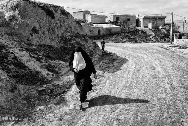 زن ترکمنی برخلاف پوشش سنتی همه زنان ترکمن از چادر و نقاب برای پوشش خود استفاده کرده است.