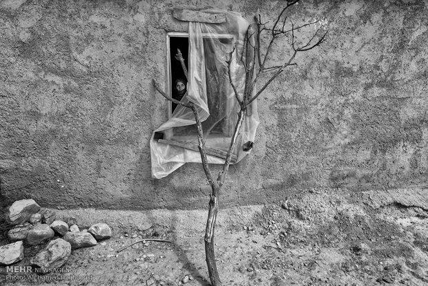 عایشه محمودی 56 ساله از پشت پنجره شکسته خانهاش در روستای یانبولاق گلیداغ به بیرون نگاه میکند. همسر او آنها را ترک کرده و با زن دیگری در کلاله زندگی میکند. او 10 فرزند دارد و به دلیل ازدواج فامیلی 3 فرزند اش دچار معلولیت ذهنی و حرکتی هستند که خود به تنهایی از آنها نگهداری میکند و هزینههای سنگین زندگی خانواده بر عهده اوست. عایشه بدلیل طلاق ندادن شوهرش نمیتواند تحت پوشش کمیته امداد درآید.