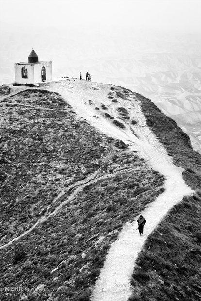 هلی تاج کلته 55 ساله، ساکن شهر گوموش دفه (گمیشان) پس از زیارت بقعه چوپان آتا به سمت بالای کوه در حرکت است. زیارتگاه خالد نبی یکی از زیارتگاههای مهم ترکمنها به شمار میآید که شامل سه بقعه، خالد نبی، عالم بابا و چوپان آتا میباشد که بر فراز قلعه تانگرک داغ (قدرت) رشته کوه گوگجه داغ و در 55 کیلومتری شمال شرقی شهرستان کلاله قرار دارد.