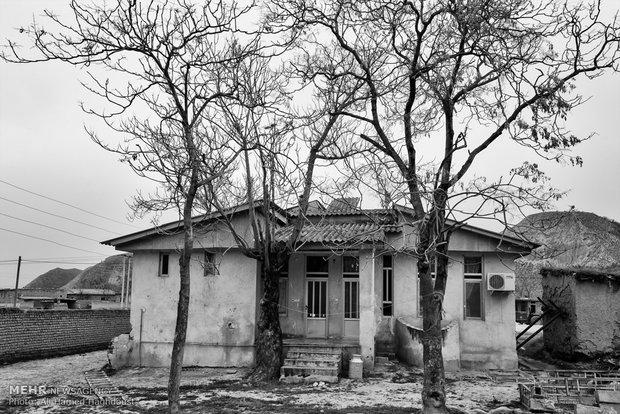 نمای یکی از خانهها در روستای چاتال مراوه تپه دیده میشود. خدیجه نوری زداه 54 ساله همراه پسر 14 ساله خود در آن زندگی میکنند.