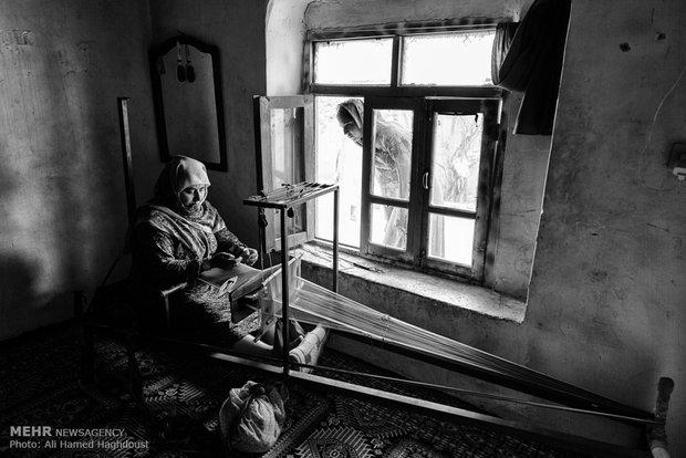 آی جمال قزل 41 ساله در حال کار و پارچه بافی در اتاق خانه خود در روستای قازان قایا است. او چهارفرزند دارد و برای امرار معاش خانواده خود مجبور به پارچه بافی و دامداری است. او از هزینههای سنگین زندگی و گرانی شدید گلایه میکرد.