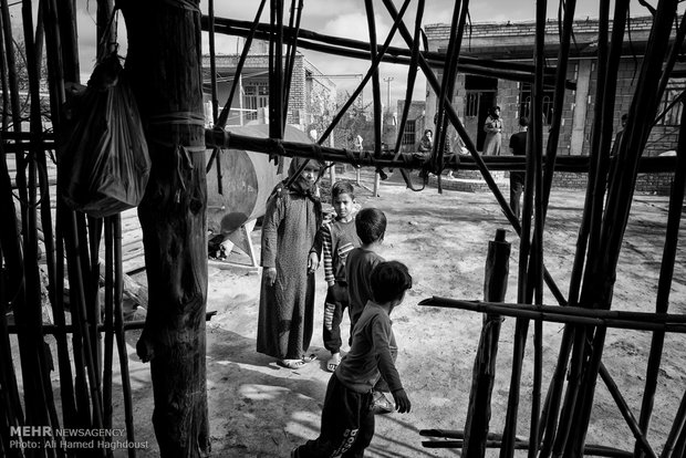 باغدا گول قزل 50 ساله، کنار نوههای خود در حیاط خانهشان در روستای قازان قایا ایستاده است. او هفت دختر و یک پسر دارد و به همراه دو داماد خود و نوههایش 18 نفره در اتاق کوچکی زندگی میکنند.