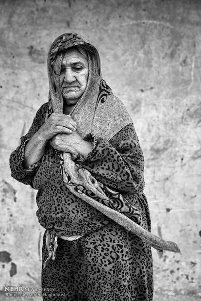 اوغول صفر قلماق 60 ساله مقابل خانه خود در روستای پست دره ایستاده است. شوهرش 10 سال پیش فوت کرده 9 فرزند دارد که هیچکدام به فکر و یاد او نیستند.