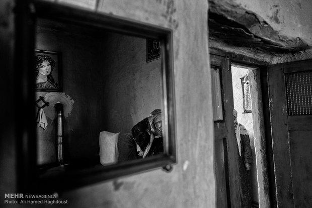 گل جمال غدیری 68 ساله با دختر عمویش در خانه ایستادهاند. شوهر هر دو آنها برادر بودهاند که 7 سال پیش فوت کردهاند. آنها با فرزندشان در روستای چنارلی زندگی میکنند.