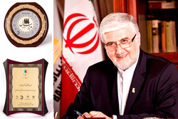 اعطای نشان عالی مدیر سال ۱۳۹۶ به مدیرعامل بانک پاسارگاد