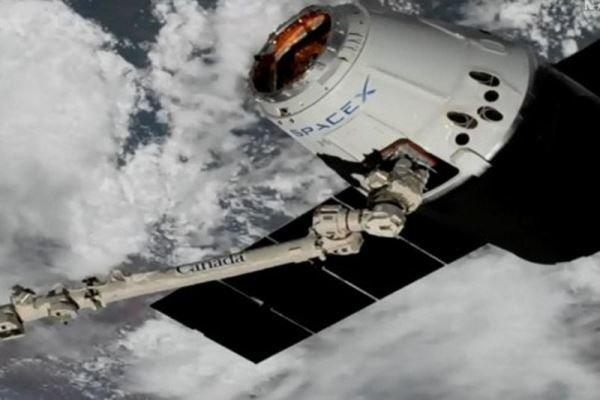 الكبسولة سبيس إكس دراجون تلتحم بمحطة الفضاء الدولية