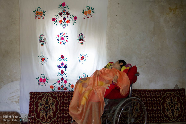 رابعه روزهایی که به کارگری میرود مجبور است دخترش حلیمه را در خانه تنها بگذارد.