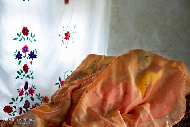 رابعه برای جلوگیری از حشرات روی صورت ِفرزندش  ،پارچه ای نازک و لطیف روی صورت حلیمه می اندازد.