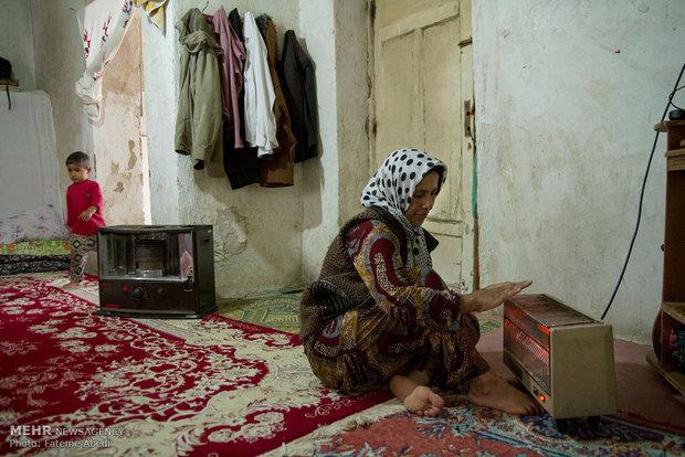 خانه کوچک رابعه امکاناتِ ناچیزی دارد وآنها مجبورهستند برای گرم شدن با بخاری برقی خود را گرم کنند.