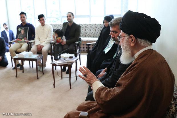 لقاء قائد الثورة الاسلامية مع ذوي شهيدين في الشرطة الايرانية