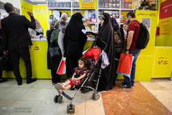 شلوغی غرفههای کودک و نوجوان در روز پایانی نمایشگاه کتاب