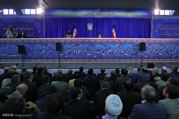 Leader visits Farhangiaan University in Tehran