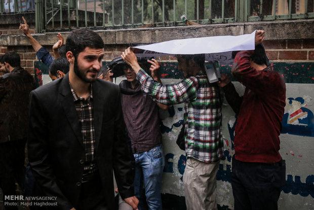 تجمع دانشجويان در محکوميت نقض برجام توسط آمريکا مقابل لانه جاسوسي