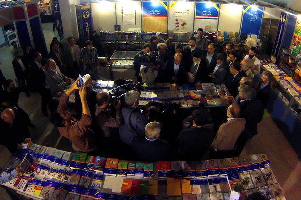 تفقد قائد الثورة الاسلامية لمعرض طهران الدولي للكتاب الحادي والثلاثين
