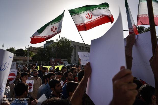 الطلاب الإيرانيون يتجمعون امام مجلس الشورى احتجاجاً على مشروع FATF
