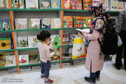 A woman and her child visit the 31st Tehran International Book Fair on May 8, 2018. (Mehr/Maryam Kamyab)