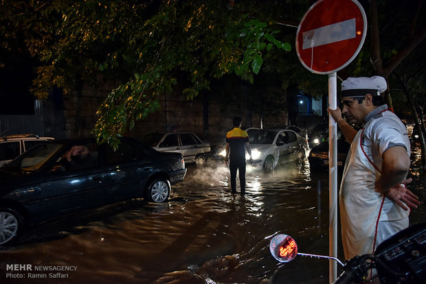 آبگرفتگی برخی خیابان های مشهد به دنبال بارش شدید باران