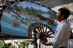 ساخت بادبزن های کاغذی در ویتنام