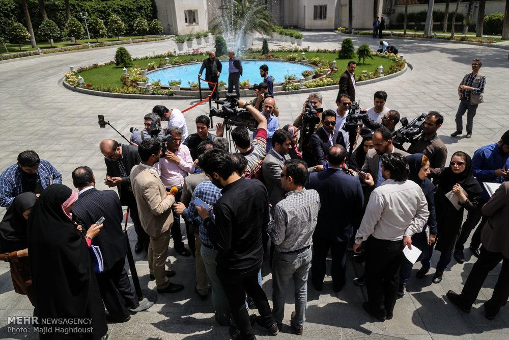 اعضای هیئت دولت در جمع خبرنگاران