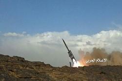 """صاروخ """"بدر1 بي"""" اليمني يستهدف معسكرا لمرتزقة العدوان قبالة جيزان"""