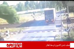 فلم/ ٹرین نے ٹرک کے دو ٹکڑے کردیئے