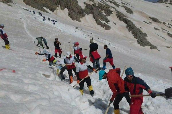 ادامه تلاش نیروهای تخصصی کوهستان هلال احمر در ارتفاعات دنا
