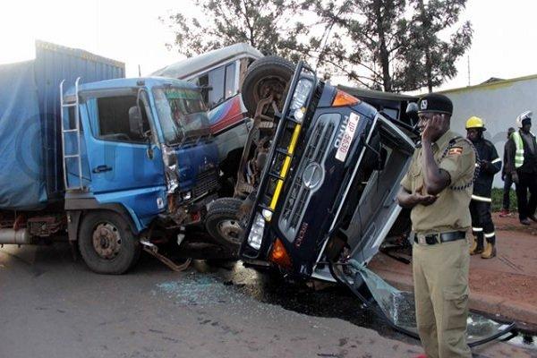 مرگ یک نفر در تصادف کامیون با اتوبوس در بزرگراه آزادگان