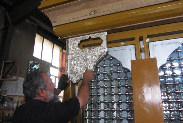 ضریح امامزاده محمدعابد اراک توسط هنرمندان صنایع دستی ساخته می شود