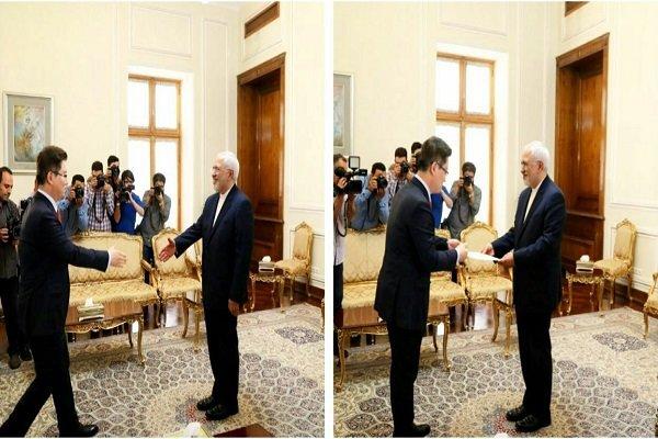 ظريف يتسلم نسخة من أوراق أعتماد السفير الكوري الجنوبي لدى طهران