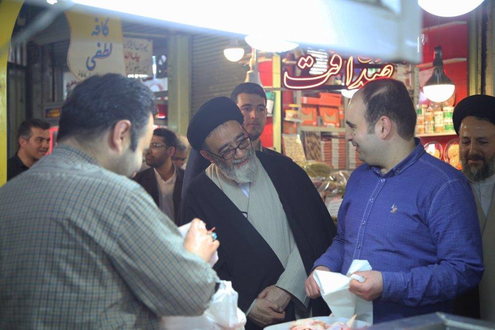 حضور امام جمعه تبریز در میان کسبه بازار تبریز/برای دیدن فیلم لطفا بر روی عکس کلیک کنید/