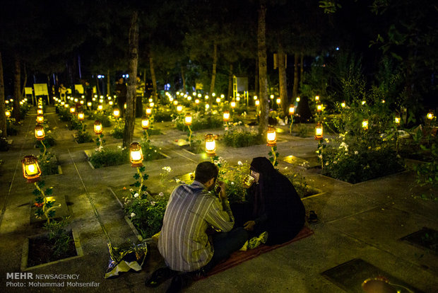 Iftar feasts in Behesht-e-Zahra cemetery