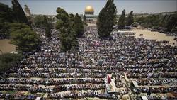ربع مليون مصل يتحدون قيود الإحتلال ويؤدون صلاة الجمعة في الاقصى