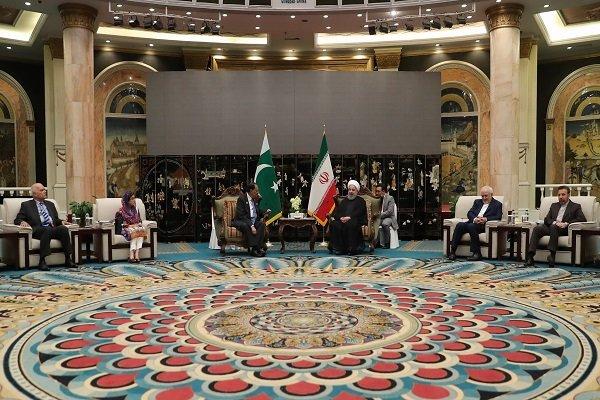 روحانی: از همکاری های دفاعی ایران و پاکستان استقبال میکنیم