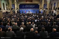لقاء قائد الثورة الاسلامية مع اساتذة ونخب وباحثين من الجامعات الإيرانية /صور