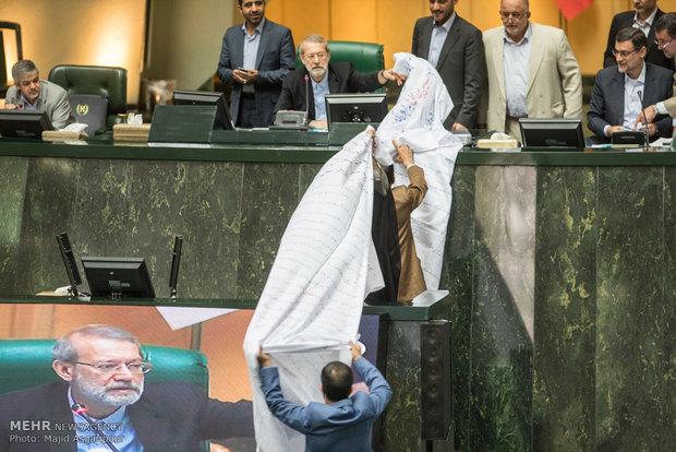 لافتات في مجلس الشورى تثير غضب لاريجاني / فيلم