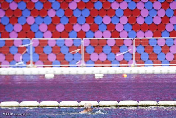 Fotoğraf: Renkli varillerden sanat eseri
