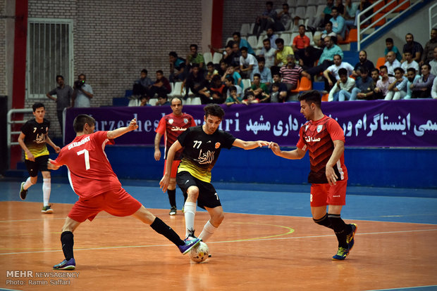 İran ile Afgan mülteciler arasında futsal maçı
