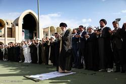 اقامة صلاة عيد الفطر المبارك بإمامة قائد الثورة الاسلامية/ صور