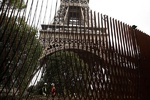 پاریس دُور برج ایفل حفاظهای ایمنی را نصب کرد