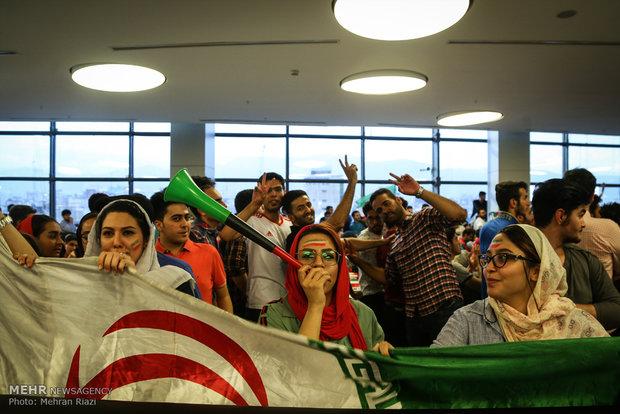 تماشای دیدار تیم های ملی فوتبال ایران و مراکش در مجتمع چارسو تهران