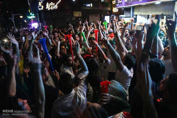 شادی مردم تهران پس از پیروزی تیم ملی فوتبال مقابل مراکش