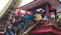 انڈونیشا میں ماں کے جنازے کا تابوت گرنے سے بیٹا ہلاک