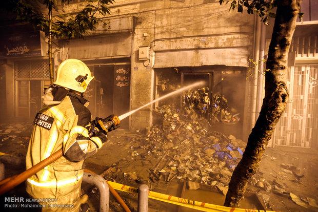 آتش سوزی در ساختمان فروش لوازم یدکی در خیابان امیرکبیر