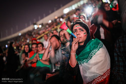 تماشای خانوادگی دیدار تیم های فوتبال ایران و اسپانیا در ورزشگاه آزادی